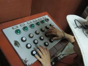 Le bunker est un souterrain qui sert à s'abriter des bombes. Ce clavier sert à envoyer des messages hors du bunker.