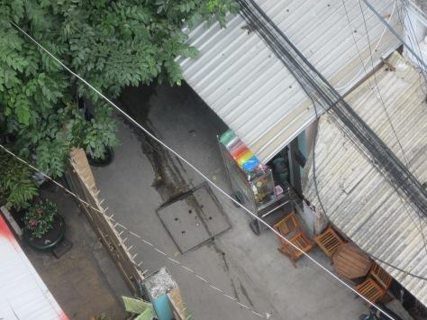 Une vue d'en haut sur la ruelle