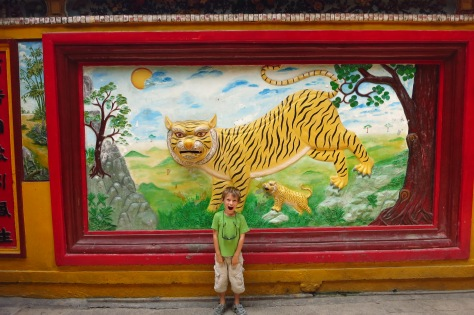 Tigres, dragons et créatures fantastiques ornent les murs.