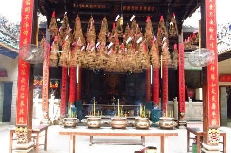 Cônes d'encens dans la pagode Thien Hau