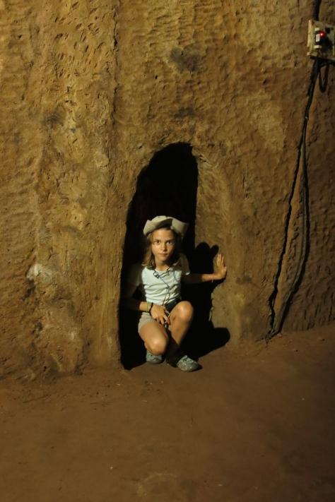 Lise devant une entrée de tunnel