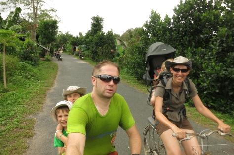 Faire du vélo avec les enfants requiert un peu d'ingéniosité et de bons muscles.