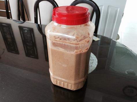 Pour obtenir 7 kg de beurre de cacahuètes, utilisez environ 2,5 litres d'huile de tournesol.