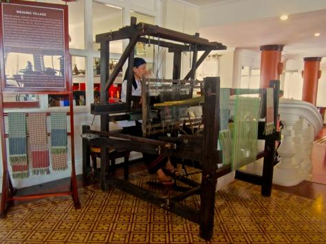 Dans l'hôtel où nous nous sommes abrités, il y avait un Vietnamienne qui fabriquait des écharpes avec un métier à tisser.