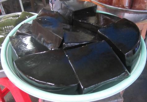 Sur le marché, il y a vraiment de drôles de choses à manger, comme cette gélatine noire! On l'avait goutée l'année passée en Thailande, ça n'a aucun goût!