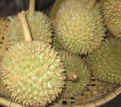 Sur le marché, nous avons vu du Durian. Ca sent très mauvais!