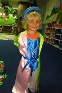Lucie déguisée avec une imitation de costume traditionel