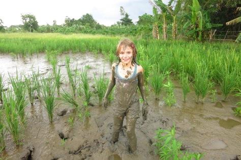 Lise est tombée dans la boue... pour son plus grand plaisir!