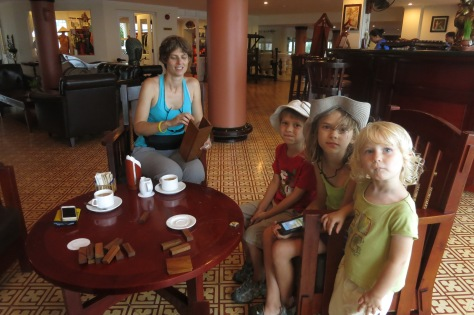 Comme il commençait à pleuvoir, nous nous sommes abrités dans un bel hôtel, nous avons bu un verre et joué à Jenga.