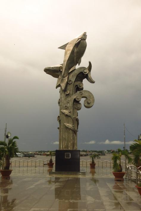 Une drôle de statue le long de la rivière Bassac à Chau Doc