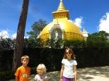 Devant un stupa