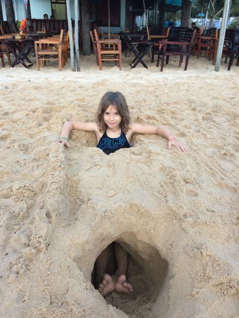 Hier, maman et Lise ont creusé un mini tunnel sur la plage de Long Beach, à Phu Quoc.