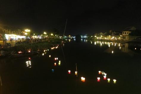 La nuit, la ville s'illumine de lanternes, accrochées aux maisons ou posées sur l'eau