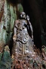 Un grand bouddha taillé dans la marbre