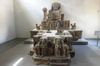 Un autel, avec au centre une représentation de Bouddha