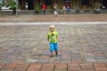 Lucie devant le palais de l'harmonie suprême