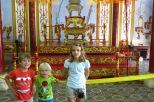Nos petits princes devant une reconstitution du trône