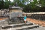 Lucie devant le tombeau factice de l'empereur
