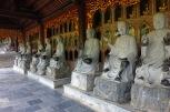 Une multitude de statues