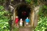 Devant un tunnel à explorer