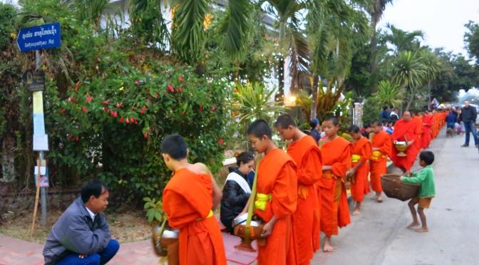 Tak bak : la procession des moines à Luang Prabang