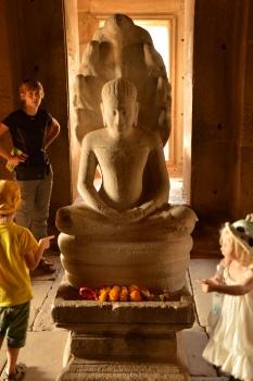 Les enfants autour du bouddha