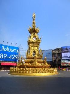 La rutilante tour de l'horloge de Chiang Rai