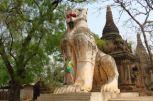 Lise devant un gardien du temple