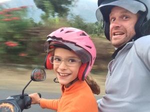 Lise apprend à conduire un scooter!