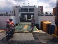 L'entrée dans le ferry entre Lombok et Sumbawa