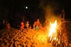 Autour d'un feu sur la plage