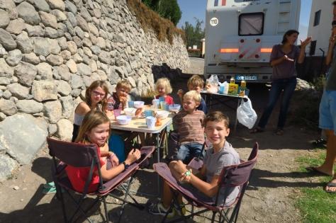Les enfants au petit déjeuner