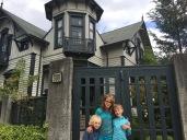 Devant la Casa Fischer, une vieille villa