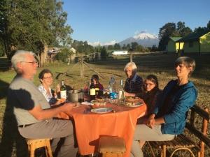 Repas du soir sur fond de volcan