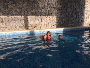 Dans la piscine chauffée