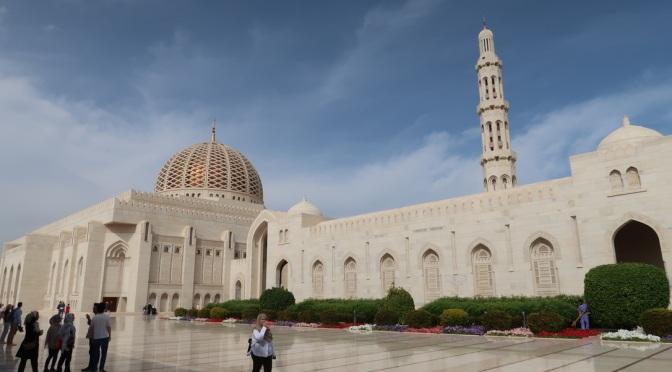 Lundi : La blancheur immaculée d'une mosquée et l'éclat doré d'un lustre monumental